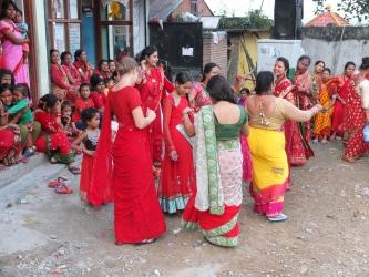 Naised tänavatel tantsimas